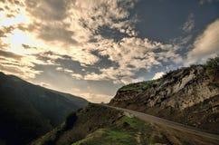 Ανακυκλώνοντας δρόμος βουνών Δρόμος βουνών της Misty στα υψηλά βουνά Νεφελώδης ουρανός με το δρόμο βουνών Βουνά του Αζερμπαϊτζάν  Στοκ φωτογραφία με δικαίωμα ελεύθερης χρήσης