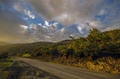 Ανακυκλώνοντας δρόμος βουνών Δρόμος βουνών της Misty στα υψηλά βουνά Νεφελώδης ουρανός με το δρόμο βουνών Βουνά του Αζερμπαϊτζάν  Στοκ εικόνες με δικαίωμα ελεύθερης χρήσης