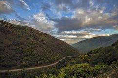 Ανακυκλώνοντας δρόμος βουνών Δρόμος βουνών της Misty στα υψηλά βουνά Νεφελώδης ουρανός με το δρόμο βουνών Βουνά του Αζερμπαϊτζάν  Στοκ εικόνα με δικαίωμα ελεύθερης χρήσης