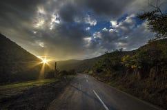 Ανακυκλώνοντας δρόμος βουνών Δρόμος βουνών της Misty στα υψηλά βουνά Νεφελώδης ουρανός με το δρόμο βουνών Βουνά του Αζερμπαϊτζάν  Στοκ φωτογραφίες με δικαίωμα ελεύθερης χρήσης