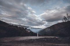 Ανακυκλώνοντας δρόμος βουνών Δρόμος βουνών της Misty στα υψηλά βουνά Νεφελώδης ουρανός με το δρόμο βουνών Βουνά του Αζερμπαϊτζάν  Στοκ Εικόνες