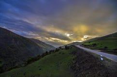 Ανακυκλώνοντας δρόμος βουνών Δρόμος βουνών της Misty στα υψηλά βουνά Νεφελώδης ουρανός με το δρόμο βουνών Βουνά του Αζερμπαϊτζάν  Στοκ Φωτογραφίες