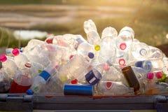 Ανακυκλώσιμα απορρίματα του γυαλιού και των πλαστικών μπουκαλιών Στοκ Εικόνα