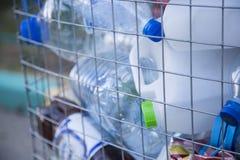 Ανακυκλώσιμα απορρίματα του γυαλιού και των πλαστικών μπουκαλιών Στοκ εικόνα με δικαίωμα ελεύθερης χρήσης