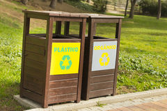 Ανακυκλώστε τα δοχεία στο πάρκο στοκ εικόνες