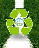 Ανακυκλώστε το σημάδι στο πράσινο πάρκο Στοκ φωτογραφία με δικαίωμα ελεύθερης χρήσης