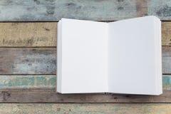 Ανακυκλώστε το σημειωματάριο στο ξύλινο υπόβαθρο grunge Στοκ εικόνα με δικαίωμα ελεύθερης χρήσης