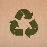 Ανακυκλώστε το σύμβολο σε ένα υπόβαθρο λινού στοκ εικόνες
