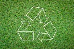 Ανακυκλώστε το σύμβολο στην πράσινη χλόη jpg Στοκ φωτογραφίες με δικαίωμα ελεύθερης χρήσης