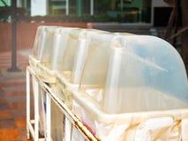 ανακύκλωσης σύμβολα ανακύκλωσης δοχείων Διάθεση των ανακυκλώσιμων και επαναχρησιμοποιήσιμων απορριμάτων στοκ φωτογραφία με δικαίωμα ελεύθερης χρήσης