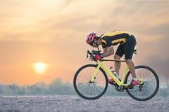 Ανακύκλωση ατόμων ποδηλατών οδικών ποδηλάτων Οδηγώντας ποδήλατο αθλητών αθλητικής ικανότητας Biking σε έναν ανοικτό δρόμο στο ηλι στοκ εικόνα