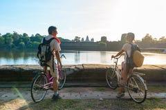 Ανακύκλωση ζευγών τουριστών στο ναό Angkor, Καμπότζη Angkor Wat πρόσοψη που απεικονίζεται κύρια στη λίμνη νερού Φιλικό ταξίδι του στοκ εικόνες με δικαίωμα ελεύθερης χρήσης