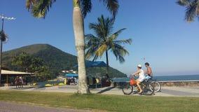Ανακύκλωση ζεύγους κατά μήκος της ακτής Caraguatatuba στοκ εικόνα με δικαίωμα ελεύθερης χρήσης