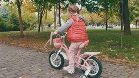 Ανακύκλωση μικρών κοριτσιών στο πάρκο απόθεμα βίντεο