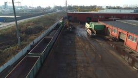 Ανακύκλωση παλιοσίδερου, εργοστάσιο επεξεργασίας με το μέταλλο παλιοπραγμάτων και αυτοκίνητο τραίνων φιλμ μικρού μήκους