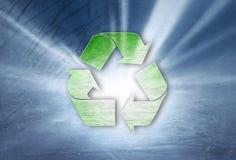 Ανακύκλωσης σύμβολο Grunge στο μπλε υπόβαθρο Στοκ εικόνα με δικαίωμα ελεύθερης χρήσης