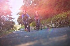 Ανακύκλωση ζευγών ποδηλατών στο δρόμο επαρχίας Στοκ φωτογραφία με δικαίωμα ελεύθερης χρήσης