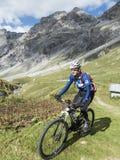 Ανακύκλωση στο mountainbike στα υψηλά βουνά Στοκ Εικόνες