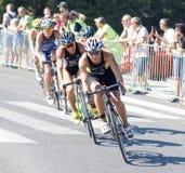 Ανακύκλωση της Anja Knapp Triathlete, που ακολουθείται από τους ανταγωνιστές Στοκ Εικόνα