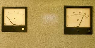 Αναλογικός μετρητών ή amp αμπέρ μετρητής και αναλογικό βολτόμετρο στοκ φωτογραφία