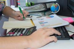αναλύοντας τα μετρώντας στοιχεία υπολογιστών οικονομικά Να βασιστεί στον υπολογιστή Χέρι στον υπολογιστή Στοκ φωτογραφία με δικαίωμα ελεύθερης χρήσης