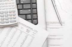αναλύστε τα οικονομικά έγγραφα αυτοί στα εργαλεία Στοκ Εικόνες