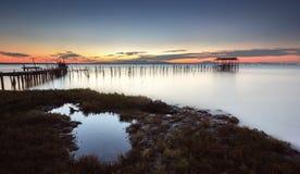 Αναμένοντας το τέλος της ημέρας με χαλαρώστε το ηλιοβασίλεμα σε μια παλαιά αποβάθρα Στοκ εικόνα με δικαίωμα ελεύθερης χρήσης