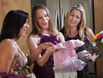 αναμένον ντους δώρων μωρών mom στοκ εικόνα