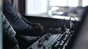 Αναμίκτης για την εργασία του υγιούς σχεδιαστή ή της λέσχης DJ στο κόμμα στο νυχτερινό κέντρο διασκέδασης απόθεμα βίντεο