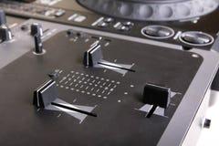 Αναμίκτης και μηχάνημα αναπαραγωγής CD του DJ Στοκ εικόνες με δικαίωμα ελεύθερης χρήσης