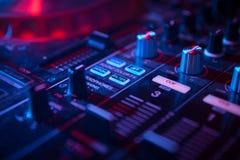 Αναμίκτης του DJ για τη μίξη της μουσικής Στοκ φωτογραφία με δικαίωμα ελεύθερης χρήσης