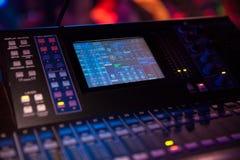 Αναμίκτης του DJ για τη μίξη της μουσικής Στοκ εικόνες με δικαίωμα ελεύθερης χρήσης