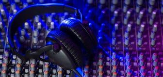 Αναμίκτης του DJ με τα ακουστικά σε ένα νυχτερινό κέντρο διασκέδασης Στοκ φωτογραφία με δικαίωμα ελεύθερης χρήσης