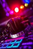 Αναμίκτης του DJ με τα ακουστικά σε ένα νυχτερινό κέντρο διασκέδασης Στοκ εικόνες με δικαίωμα ελεύθερης χρήσης