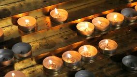 Αναμμένα κεριά στον πίνακα απόθεμα βίντεο