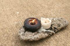 Αναμμένα κεριά στο κομμάτι του ξηρού ξύλου Στοκ φωτογραφία με δικαίωμα ελεύθερης χρήσης