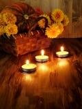 Αναμμένα κεριά στο σκοτεινό δωμάτιο Στοκ Εικόνες