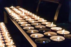 Αναμμένα κεριά τσαγιού σε μια σειρά Στοκ εικόνα με δικαίωμα ελεύθερης χρήσης