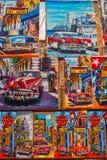 Αναμνηστικά από την Κούβα Κουβανικά έργα ζωγραφικής με τα αυτοκίνητα και τα σπίτια Στοκ φωτογραφία με δικαίωμα ελεύθερης χρήσης