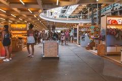 Αναμνηστικά και τέχνες αγορών ανθρώπων παραδοσιακές αφρικανικές στο κέντρο του Καίηπ Τάουν στοκ εικόνα με δικαίωμα ελεύθερης χρήσης
