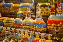 Αναμνηστικά μπουκαλιών άμμου στο παζάρι Madinat Jumeirah, Ντουμπάι, Ε.Α.Ε. στοκ φωτογραφία