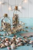 Αναμνηστικά όπως μπουκάλια με τα θαλασσινά κοχύλια εσωτερικό μικρό λευκό ποικιλίας διακοσμήσεων ανασκόπησης άρθρων Στοκ εικόνα με δικαίωμα ελεύθερης χρήσης