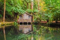 Αναμνηστική λίμνη κήπων του Alfred Nicholas το φθινόπωρο με το υπόστεγο βαρκών Στοκ φωτογραφίες με δικαίωμα ελεύθερης χρήσης