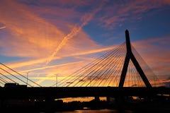 Αναμνηστική γέφυρα Hill αποθηκών Zakim στο ηλιοβασίλεμα Στοκ Φωτογραφία