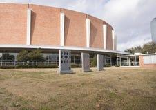 Αναμνηστικός κήπος παλαιμάχων με την αναμνηστική αίθουσα συνεδριάσεων του Ντάλλας στο υπόβαθρο στοκ εικόνες με δικαίωμα ελεύθερης χρήσης