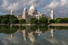 Αναμνηστικό αρχιτεκτονικό μουσείο οικοδόμησης μνημείων Βικτώριας σε Kolkata & x28 Calcutta& x29  με τις καλές αντανακλάσεις νερού Στοκ Εικόνες