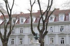 Αναμνηστικό μνημείο και οικοδόμηση Στοκ φωτογραφία με δικαίωμα ελεύθερης χρήσης