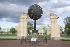 Αναμνηστικό πορτοκαλί δέντρο σημαδιών προς τιμή τον ιδρυτή του Α δ Μέτωπο Oranienbaum Menshikov Oranienbaum Στοκ Φωτογραφίες