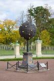 Αναμνηστικό πορτοκαλί δέντρο σημαδιών προς τιμή τον ιδρυτή Oranienbaum Menshikov, ημέρα Σεπτεμβρίου Oranienbaum, Ρωσία Στοκ εικόνα με δικαίωμα ελεύθερης χρήσης