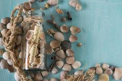 Αναμνηστικό όπως μπουκάλια με τα θαλασσινά κοχύλια εσωτερικό μικρό λευκό ποικιλίας διακοσμήσεων ανασκόπησης άρθρων Στοκ Φωτογραφία